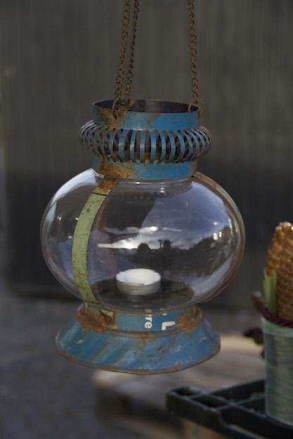lampe til fyrfadslys lavet af kasserede olietønder.